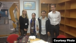 Nguyen Bac Truyen dan istrinya bertemu dengan karyawan Kedutaan Australia di Vietnam untuk membahas terkait isu HAM (24/2).