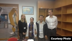 Nguyen Bac Truyen (kedua dari kiri) dan istrinya bertemu dengan para diplomat Australia untuk membahas isu HAM di Vietnam.