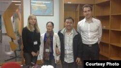 Sau cuộc gặp với bà Nadia Krivetz, Phó Đại sứ Australia, vợ chồng ông Truyển được ông David Skowronski, bí thư thứ hai chuyên trách chính trị-kinh tế của sứ quán đưa vào bệnh viện chữa trị vết thương.