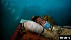 Le réfugié rohingya Yasin Arfat, 6 ans, qui souffre de diphtérie, est alité dans une clinique de Médecins Sans Frontières (MSF) près de Cox's Bazar, au Bangladesh.