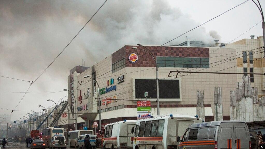 Khói bốc lên trên một trung tâm thương mại nhiều tầng ở tp Kemerovo, Siberia, cách Moscow 3000 km về hướng đông. Đám cháy xảy ra hôm 25/3/2018. (AP Photo/Sergei Gavrilenko)