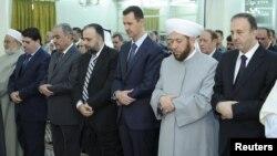 Tổng thống Syria Bashar al-Assad dự lễ Eid Al Fitr tại đền thờ Hồi giáo al-Hamad ở Damascus, ngày 19/8/2012
