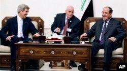 Menlu AS John Kerry (kiri) dan PM Irak Nouri al-Maliki (kanan) di Baghdad, Irak (24/3).