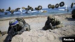지난 12일 한국 포항에서 실시된 미한 연합훈련에서 해병대원들이 합동상륙훈련 중이다.