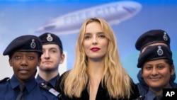 Jodie Comer (tengah), berpose bersama taruna Polisi Metropolitan setibanya di lokasi pemutaran perdana film 'Free Guy' di London, Senin, 09 Agustus 2021. (AP Photo/Scott Garfitt)