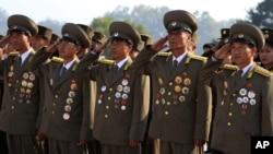 朝鲜军人在劳动党建党日在万寿山金日成和金正日像前敬礼。(2013年10月10日)