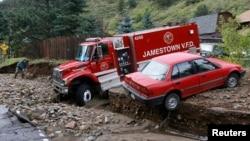 美國西部科羅拉多州詹姆斯敦遭受洪水襲擊﹐救援車輛被圍困。