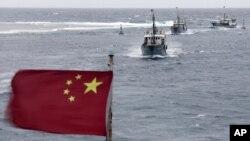 Ảnh chụp ngày 20/7/2012 cho thấy đoàn tàu đánh cá của Trung Quốc gần Bãi đá Vĩnh Thử thuộc quần đảo Trường Sa. Ði kèm với đoàn tàu cá là tàu hộ tống có trọng tải 3.000 tấn, và một tàu làm công tác bảo vệ.