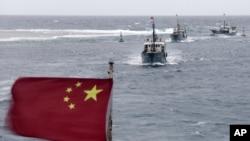Ảnh chụp ngày 20/7/2012 cho thấy đoàn tàu đánh cá của Trung Quốc gần Bãi đá Vĩnh Thử thuộc quần đảo Trường Sa. Ði kèm với đoàn tàu cá là tàu hộ tống có trọng tải 3.000 tấn và một tàu của chính phủ làm công tác bảo vệ.