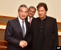 عمران خان چین کے وزیر خارجہ وانگ یی سے ملاقات کر رہے ہیں۔ پس منظر میں وزیر خارجہ شاہ محمود قریشی ہیں۔ 23 ستمبر 2019