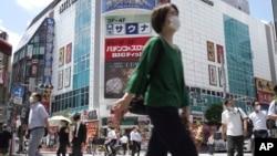 Người dân Nhật vẫn đi lại trên đường phố ở gần nhà ga Shimbashi ở Tokyo vào ngày 29/7/2021, khi số ca nhiễm COVID-19 tăng lên mức kỷ lục vào giữa kỳ Thế vận hội.