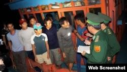 Bộ đội biên phòng làm việc với các thành viên trên tàu ở Quảng Ngãi, ngày 1/12/2015 (Ảnh chụp từ trang Tuoi Tre).