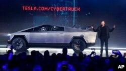 """Ілон Маск презентує новий """"кібертрак"""" в проектному бюро Tesla, 21 листопада 2019 року"""