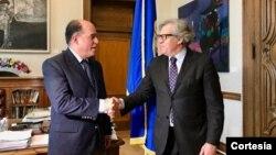 El secretario general de la OEA, Luis Almagro, der. recibió al presidente de la Asamblea Nacional, Julio Borges en Washington. [Foto: Cortesía Twitter de Luis Almagro].