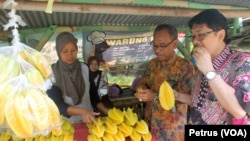 Siti Marfuah melayani pembeli Belimbing Super di kompleks Agro Wisata Belimbing Ngringinrejo, Bojonegoro (Foto: VOA/Petrus Riski).