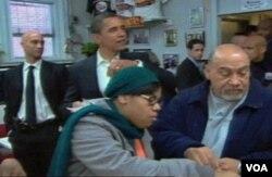 Beberapa hari sebelum dilantik presiden, Obama mengunjungi Ben's Chili Bowl di Washington DC, bersama Walikota District of Columbia, Adrian Fenty (kiri).
