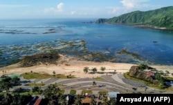Proyek pembangunan pesisir Mandalika, yang merupakan usulan lokasi perlombaan motor MotoGP baru di sirkuit jalan raya yang dibuat khusus di Mandalika, Lombok selatan, 23 Februari 2019. (Foto: AFP/Arsyad Ali)