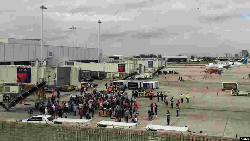 L'évacuation des passager sur la piste de l'aéroport Fort Lauderdale, le 6 janvier 2016