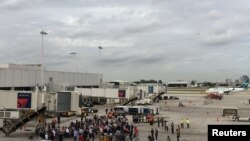Les voyageurs sont évacués du terminal à Fort Lauderdale-Hollywood International Airport en Floride, le 6 janvier 2017.