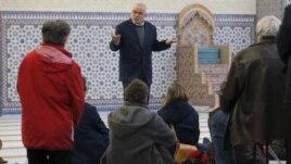 Xhamitë e Francës hapin dyert për jomyslimanët