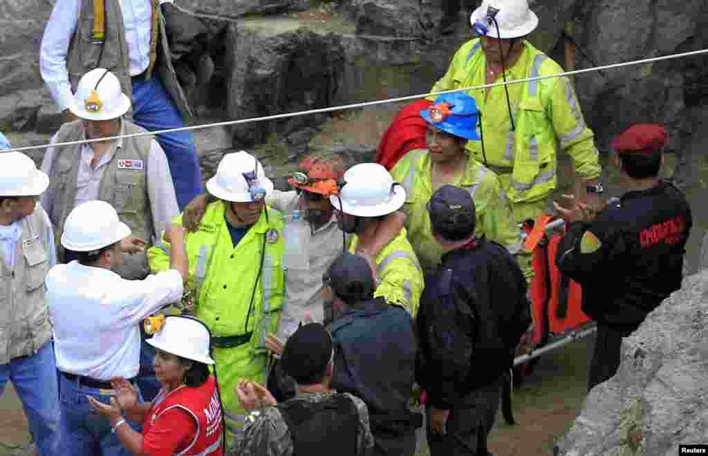 La salida de los mineros se produjo luego de que los socorristas superaran los obstáculos causados por un derrumbe de tierra y rocas que retrasó el rescate.