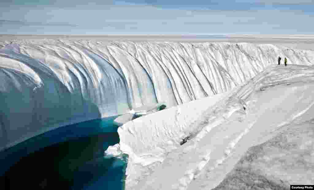 Selama beberapa tahun, air bergejolak yang meluap dari cairan es membentuk ngarai sedalam 18 meter. (Ian Joughin)
