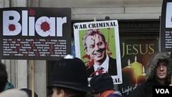 Para pengunjuk rasa di London membawa poster yang mengecam kebijakan Tony Blair dalam perang Irak, 21 Januari 2011.