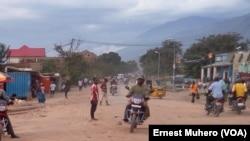 La circulation redevient normale en fin d'après-midi sur l'artère principale d'Uvira, Sud-Kivu, 27 septembre 2017. (VOA/Ernest Muhero).