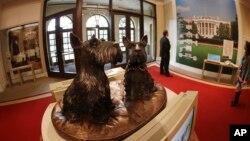Bustos de los perritos Barney y Miss Beazley en la bibilioteca presidencial George Bush, en Dallas.