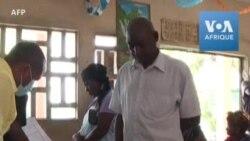 Les Ivoiriens récupèrent les cartes de vote avant les élections de fin octobre