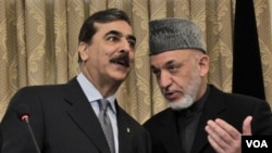 PM Pakistan Yousuf Raza Gilani (kiri) berbicara dengan Presiden Afghanistan Hamid Karzai dalam konferensi pers di Kabul, Sabtu (16/4).