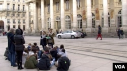 A school group gathers in front of the opera house in Bordeaux, France, where there is a fresco depicting a chained slave. (L. Bryant/VOA)