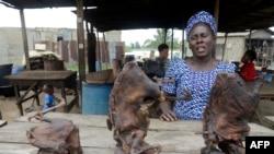 Vivian Koshefobamu, seorang penjual bushmeat atau daging hewan liar, di pasar di Lagos.
