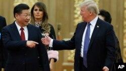 El presidente Trump, derecha, también conversó con su homólogo chino, Xi Jinping sobre asuntos de comercio.