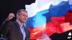 Lãnh đạo Crimea được Nga hậu thuẫn Sergei Aksyonov ăn mừng ở Quảng trường Lenin, trung tâm thành phố Simferopol, Ukraina, ngày 16/3/2014.