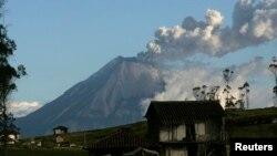 La nube de ceniza fue apreciadas a 350 kilómetros de distancia del edificio volcánico.