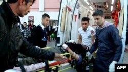 Warga membantu seorang pria Suriah yang terluka setelah ledakan di perbatasan Suriah dan Turki.