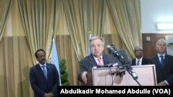 Katibu Mkuu wa Umoja wa Mataifa Antonio Guterres akizungumza na waandishi wa habari mjini Mogadishu, Somalia, March 7, 2017.