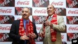 26일 뉴델리에서 무타 켄트 코카콜라 회장(오른쪽)과 아툴 싱 인도 및 남서 아시아 코카콜라 최고경영자.