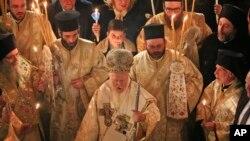 Вселенский Патриарх Варфоломей (в центре). Пасхальная служба в соборе Св. Георгия в Стамбуле. 16 апреля 2017 г.