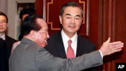 王毅星期三和柬埔寨外長賀南洪在首都金邊會晤。