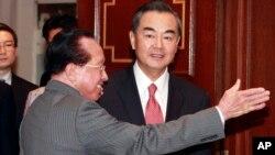 캄보디아를 방문 중인 중국의 왕이 외교부장(오른쪽)이 21일 프놈펜에서 호르 남홍 캄보디아 외무장관과 회담했다.