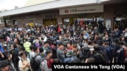 大批參與「遊覽上水」反水貨客示威人士、記者、警員聚集在上水火車站外