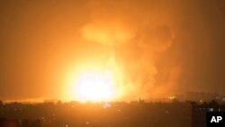 팔레스타인 자치령인 가자지구에서 9일 이스라엘군의 공습으로 화염이 치솟고 있다.