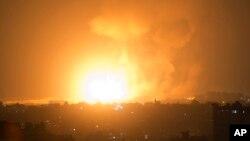 Một vụ nổ từ các cuộc không kích của Israel ở thành phố Gaza sáng sớm ngày 9/8/2018. Israel phá hủy các mục tiêu ở Dải Gaza sau khi hàng chục tên lửa của nhóm phiến quân Hamas bắn vào Israel.