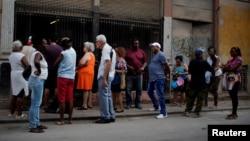 """Warga Kuba antre membeli ayam di toko yang disubsidi negara atau """"bodega"""" di pusat kota Havana, Kuba, 17 Mei 2019. (Foto: Reuters)"""