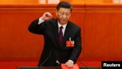 Predsednik Ši Đinping polaže zakletvu.