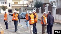 Para anggota Tim pemantau Liga Arab saat melakukan inspeksi di kota Daraa, Suriah (3/1). Liga Arab akan mengevaluasi laporan dari Ketua Tim Pemantau soal situasi terakhir di Suriah.