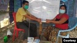 REC အဖြဲ႕က ရခိုင္စစ္ေရွာင္ျပည္သူေတြ သတင္းအခ်က္အလက္ ရရွိေရး စခန္းေတြမွာ ေရဒီယိုေတြ လႉဒါန္းေပး( ဓာတ္ပံု - Rakhine Ethnics Congress)