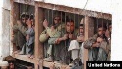 زندانیان می گویند که در سرما و گرما در فضای آزاد به سر می برند